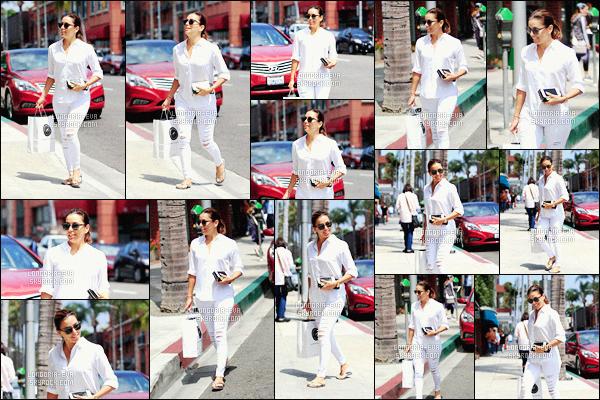 * 06/07/16 : - Eva  a été aperçu seule faire  plusieurs magasins  sourire aux lèvres         dans les rues de -   Beverly Hills.   Eva- a une tenue très simple mais toute blanche qui est immaculé et qui est superbe sur elle comme toujours - c'est donc un  jolie  TOP    ! *