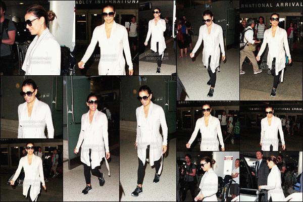 * 21/07/16 : Eva a été aperçu lors de son arrivé pour rentrer chez elle a l'aéroport  LAX  situé dans - Los Angeles.   Eva a choisit une tenue confortable pour prendre l'avion se qui est compréhensible mais je ne l'aime pas trop - c'est donc un petit FLOP    ! *