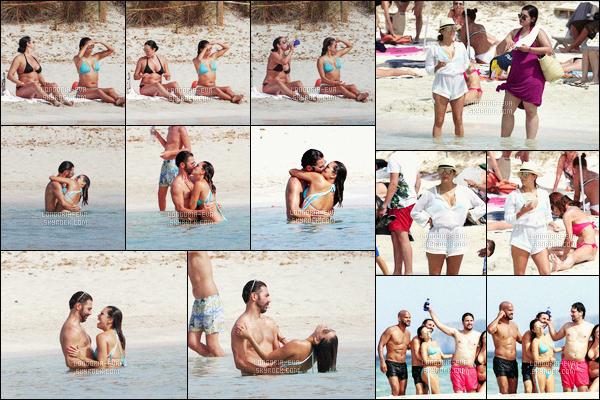 * 21/07/16 : Eva  a été aperçu avec des amis et son mari profiter d'une magnifique     plage    qui est situé dans  - Ibiza.   Eva porte un  jolie maillot de bain bleu qui est jolie sur elle. Le couple semble être  heureux et  profiter de ce moment ensemble -  un  TOP    ! *