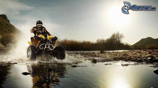 quad dans l'eau