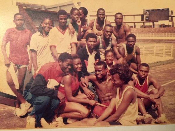 Au milieu, assis, le Dr BITANGA Emmanuel, un des monuments de l'athlétisme camerounais et africain, paix à son âme.