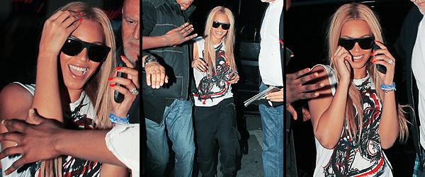21/04/2011 - Beyonce qui arrive à son hotel avec une tonne de fans qui attendent pour voir la Diva quelle chance !!!!