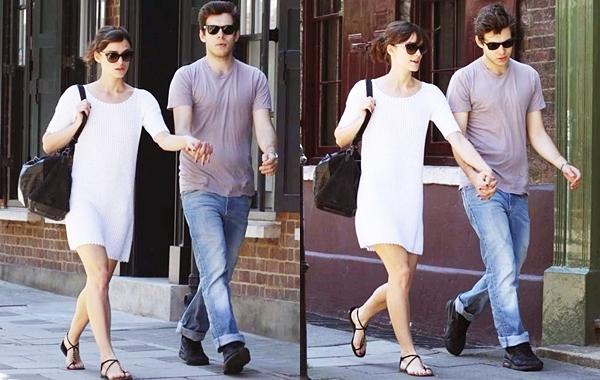 25 & 26  Mai 2012 Keira et James se promenant dans Londres. J'aime beaucoup ces deux tenues. Des tops selon moi !