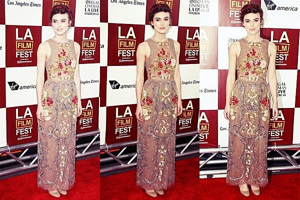 18 Juin 2012 Keira était présente sur le tapis rouge du Los Angeles Film Festival afin d'y présenter Seeking A Friend For The End of the World. Elle portait une autre robe signé Valentino ! Je trouve cette robe superbe ! J'aime beaucoup les motifs qui s'accordent bien avec la coiffure. .