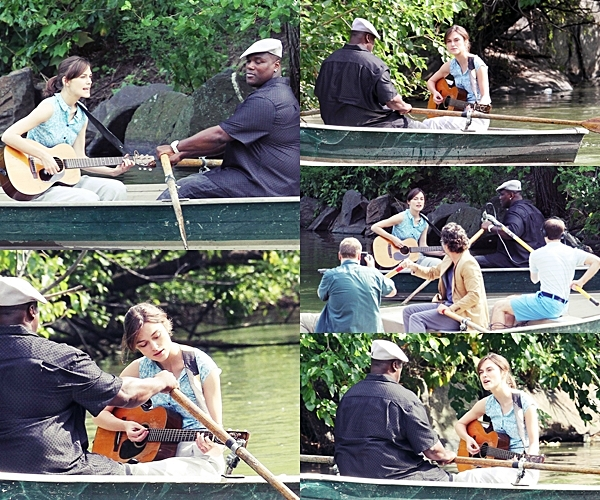 """Le 7 Août   Keira tournant une scène de """"Can a Song Save Your Life?"""" dans Central Park. Elle a été vu par la suite dans New York"""