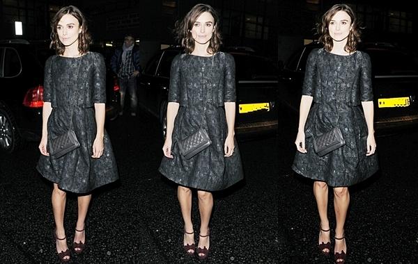 11 Octobre 2012 Keira Knightley a assisté au vernissage cinq étoiles de l'exposition Chanel à Londres. Elle est allée ensuite au dîner Little Black Jacket . Keira était habillée d'une robe Chanel issue de la collection automne-hiver 2013.