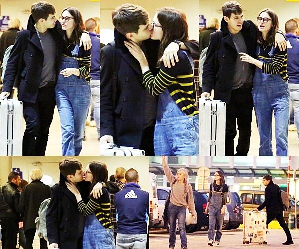 6 Mai 2013 Keira et James ont été aperçus à l'aéroport de nice, destination la Corse pour leur lune de miel.