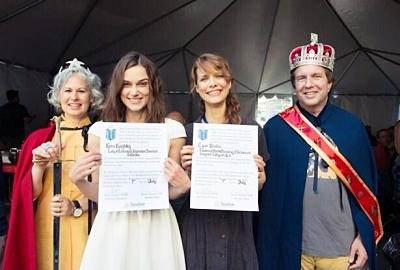 10 Août 2013 La directrice de Laggies, nommée Lynn Shelton,  a publié une photo sur son compte Twitter.. Keira y apparaît tenant un certificat. La légende de la photo énoncée : « Appelez moi juste « la duchesse de la production divine, du rire effervescent et du tournage joyeux » et c'est tout ».