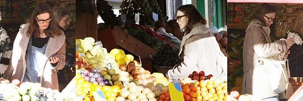 23 Décembre 2013 :  Keira, en compagnie de James ont fait les derniers achats de Noël.