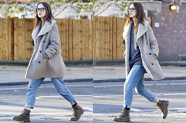 10 Décembre 2014 :   Keira a été vu dans les rues de Londres. Elle portait un manteau Burberry !