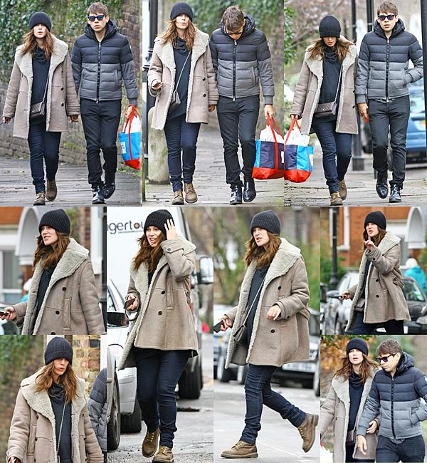24 Février 2015:  Keira et James ont été aperçus dans les rues de Londres. Ils sont notamment allés au pressing.