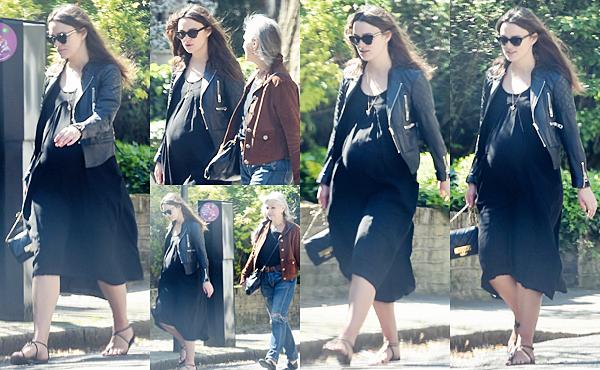 21 Avril 2015:  Keira est allée déjeuner avec sa mère et de son mari à Londres.