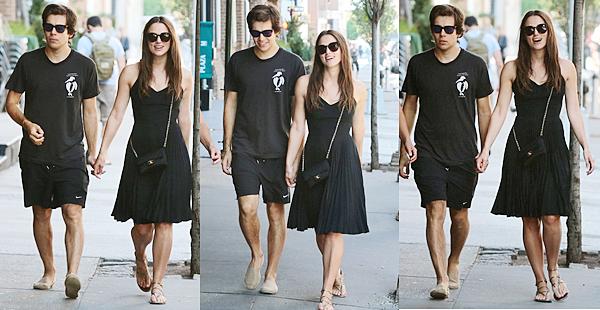 26 Août 2015 :  Keira a été aperçue avec James et sa mère dans les rues de New York !