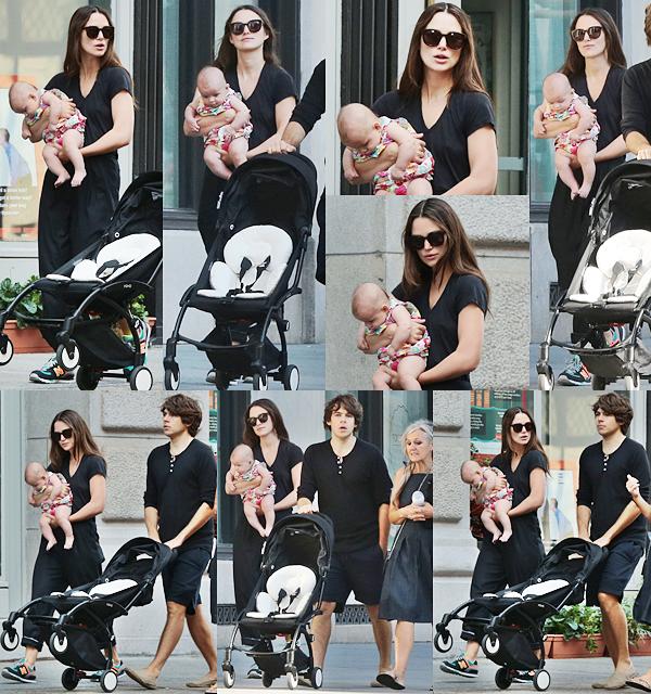 5 Septembre 2015 :  Keira a été aperçue avec sa fille, Edie, et sa famille dans les rues de New York.