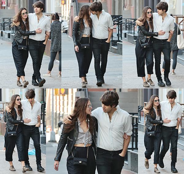 23 Octobre 2015 :  Keira  a été aperçue dans les rues de New York avec sa fille et son mari. On peut voir sur ces photos que Keira s'est foulée le poignet !