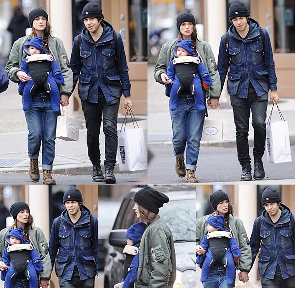 19 Décembre 2015 :  Keira a été aperçue sortant de son appartement pour se rendre au studio.