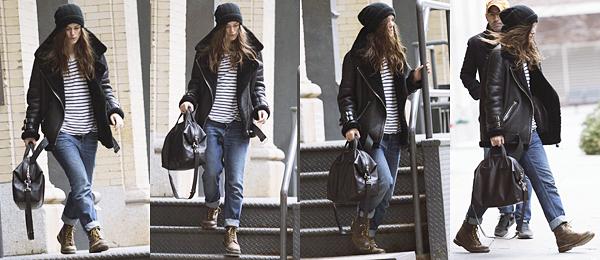 30 Décembre 2015 :  Keira a été aperçue sortant de son appartement pour se rendre au studio.