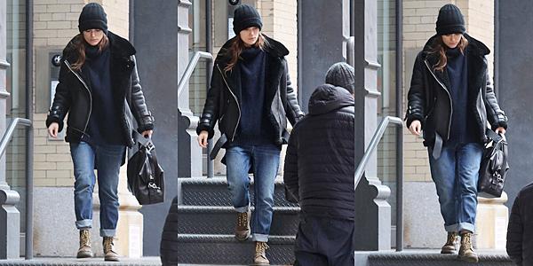 2 Janvier 2016 :  Keira a été aperçue sortant de son appartement pour se rendre au studio.