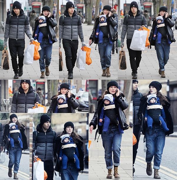 18 Janvier 2016 :  Après deux semaines d'absence, Keira a été aperçue avec sa famille dans les rues de Londres.