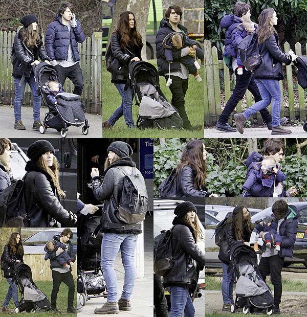 9 Février 2016 :  Keira et sa petite famille, ont été aperçus se baladant dans les rues de Londres !