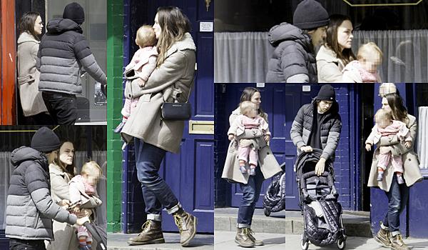 27 Avril 2016 :  Mercredi, Keira et sa petite famille ont été aperçues se baladant dans les rues de Londres.