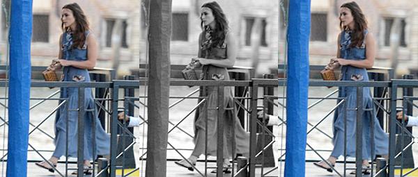 13 Septembre 2016 :  Keira a été vue à Venise avec sa styliste,Leith Clark, dans un bateau-taxi. Elle est attendue à l'exposition Culture Chanel. Elle portait une robe à rayure Chanel.