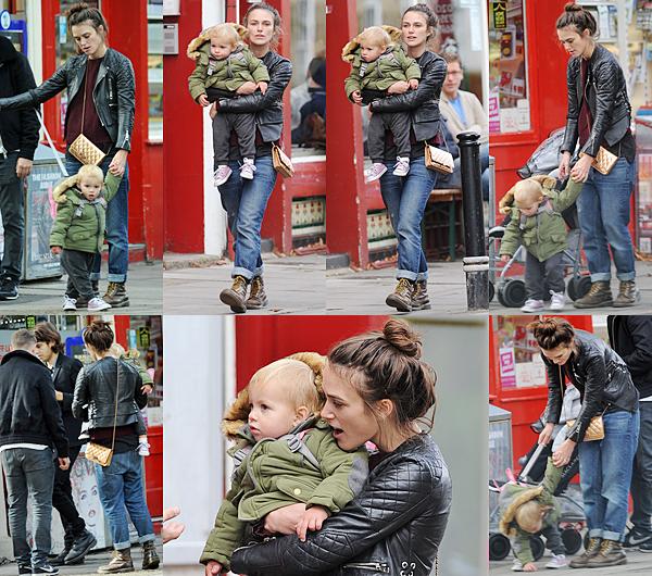 2 Octobre 2016 :  Keira a été vue dans les rues de Londres avec sa fille, Edie. Elle est allée rejoindre son mari James et un ami.
