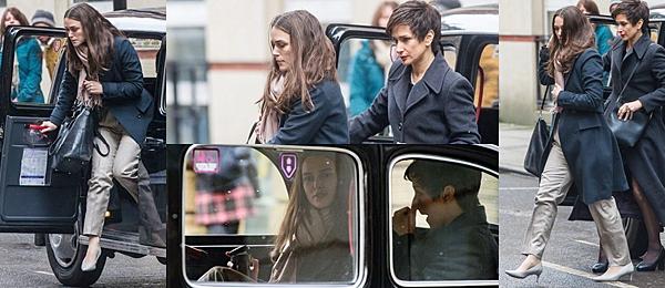 Le 18 Mars 2018 Keira était sur le tournage de son prochain film Official Secrets à Manchester. Elle a tourné une scène dans un taxi en compagnie de l'actrice Indira Varma (Games of Thrones).