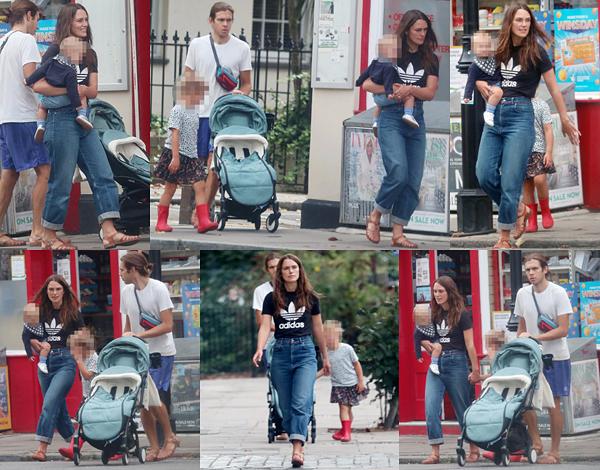 18 Août 2020 : •Keira a été vue avec sa famille, son mari James et ses deux filles Edie et Delilah, se promenant dans les rues de Londres.