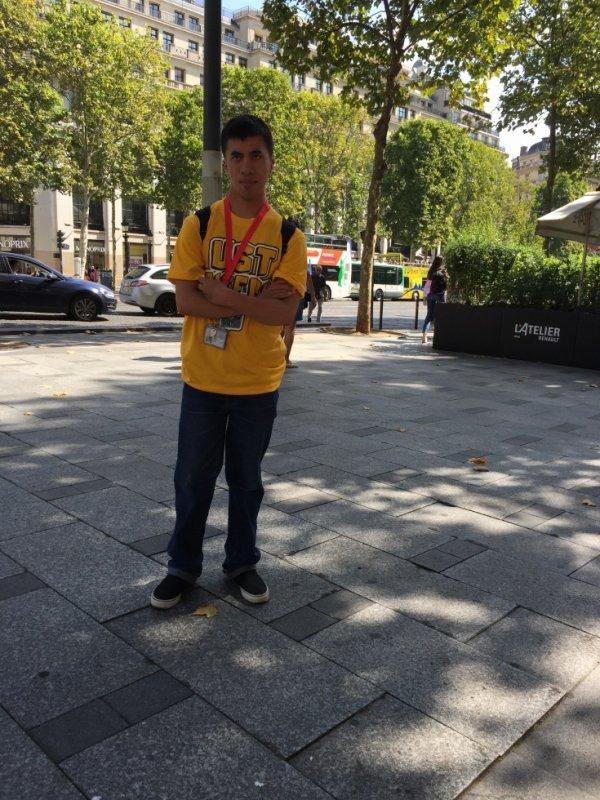 Moi: Aux Champs Elysès