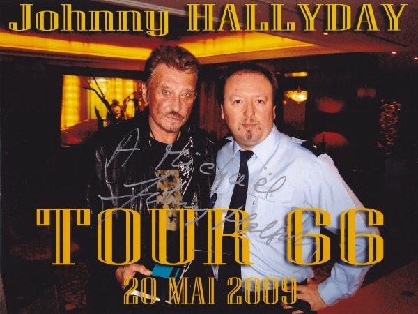 Johnny HALLYDAY m'a bien gentiment dédicacé les photos de notre rencontre, je l'en remercie encore.