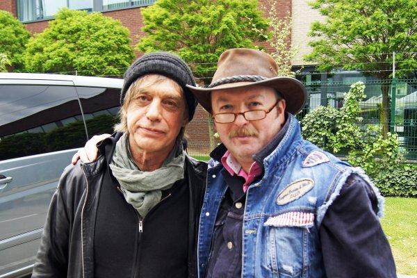 Jean-Louis Aubert (1955) auteur-compositeur-interprète, chanteur, guitariste et producteur français, artiste de rock avec le groupe Téléphone, puis en solo.
