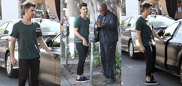. ●●●20 Octobre 2014- Joe a été vu avec un ami se promenant dans les rues de Los Angeles en Californie. .