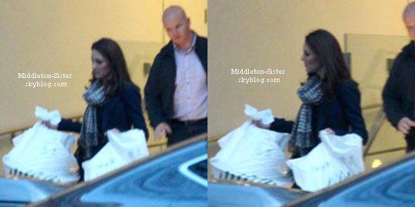 21 Mars 2012: Kate était dans les jardins de Kensington Palace pour promener le petit Lupo