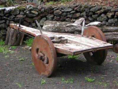 """Jugo ou """"Apeiro"""" Pedaço de madeira e Molhelhas em couro Artefactos para puxar os carros de Bois e as alfaias"""