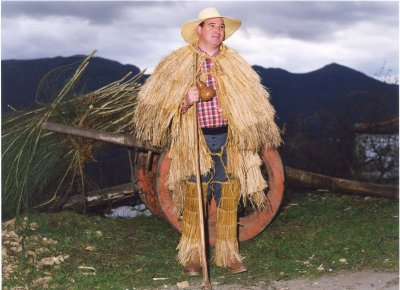 Capa / Capuchinha de burel e Croça / Capa de juncos  (Anciens habits portés par les bergers et les paysans.)