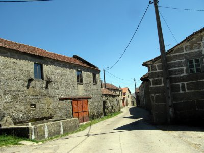 Rua Principal e Central da aldeia de PEIREZES /// Rue principale et centrale du village