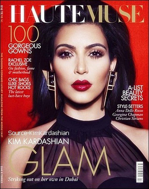 - Kim fait la couverture du magazine HauteMuse. -