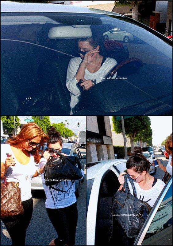 - 18.11.11 : Kim a était aperçue à Beverly hills.-