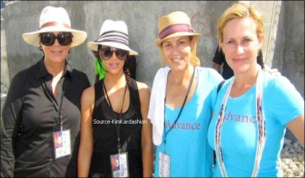 - 10.12.11 : Kim Kardashian est en Haiti pour une mission humanitaire. -La belle oublie ses soucis en prenant le temps de venir en aide aux autres.-