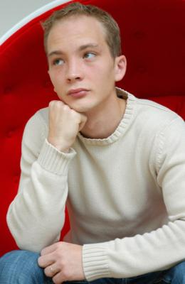je suis pas du style a etre fan mais lui je le kiff il s'appelle anthony decadi un jeune acteur!!il est magnifique pour  moi !