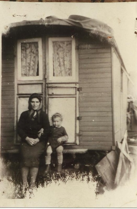 voici m'a grand-mére laurence (paternel )avec son fils ainé,cette foto a été prise a bého,il y a environ 64ans de cela! magnifique souvenir de ma mamy