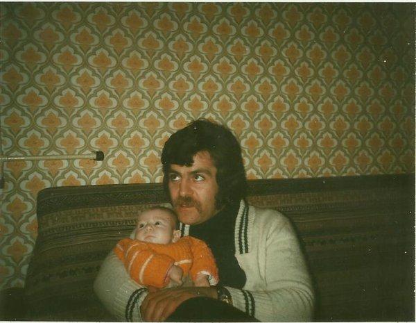 voici mon petit frére j-francois quand il était bébé dans les bras de notre papa ensuite encore mon petit frére j-f quand il avait entre 3et 4ans a cotée de notre maman