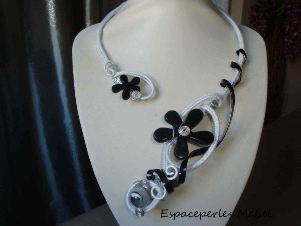 526 Collier Noir Et Blanc Fleur Noire Fil Alu Blanc Resille