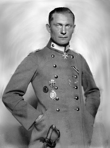 Personnages important du Putsch et du nazisme: Hermann Göring > de la première guerre mondiale à sa terrible blessure lors du putsch manqué de Munich.