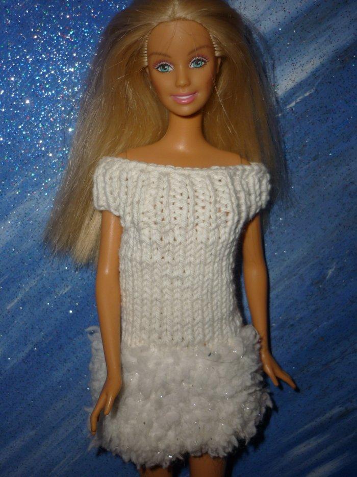 2004 Barbie chic dipsonible ainsi que la robe orange du milieu