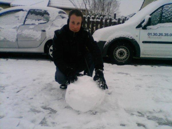 moi faisant un bonhomme de neige