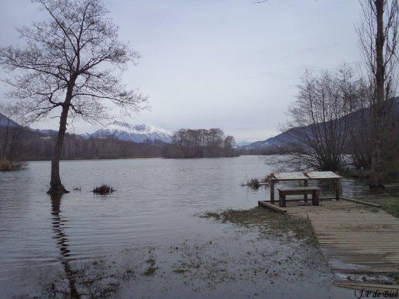 2012, le 13 décembre. Au carrefour de trois montagnes, le lac de Saint Hélène en hiver.