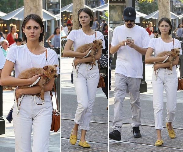 25/08/16:  Willa a été photographié dans les rues de Los Angeles portant son chien.