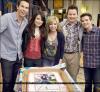 . 11 Mai 2011 : Miranda célébrant, plus tôt, son 18e anniversaire sur le set d'iCarly avec les acteurs de la série  Ci-dessous - Retrouve aussi une vidéo qui montre une interview fait sur le plateau ! - Encore Happy Birthday Miss <3 cliquez .   .